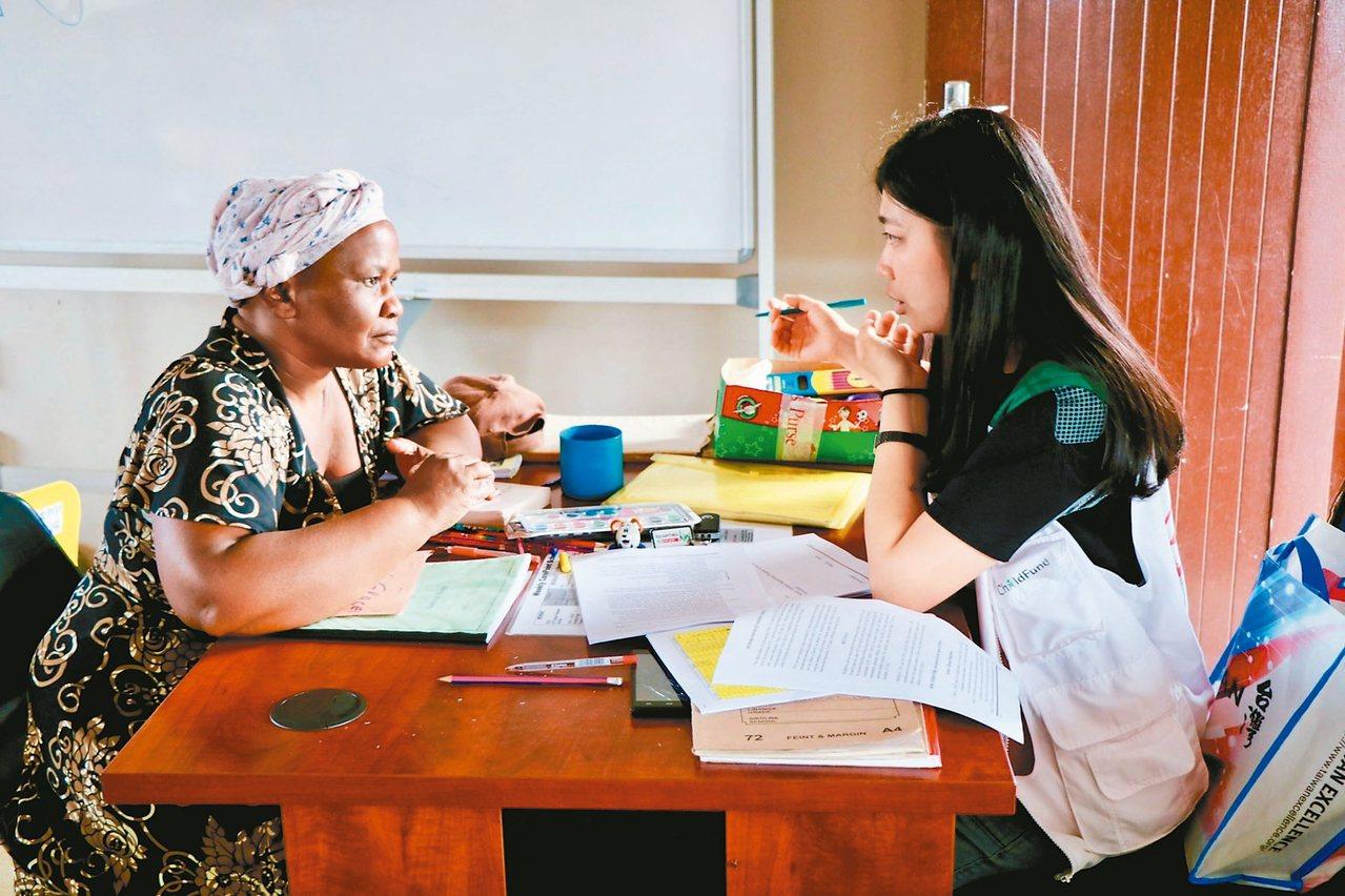 年紀輕輕的何思穎(右)隻身遠赴非洲史瓦帝尼,協助訓練當地社工。 圖/靜宜大學提供
