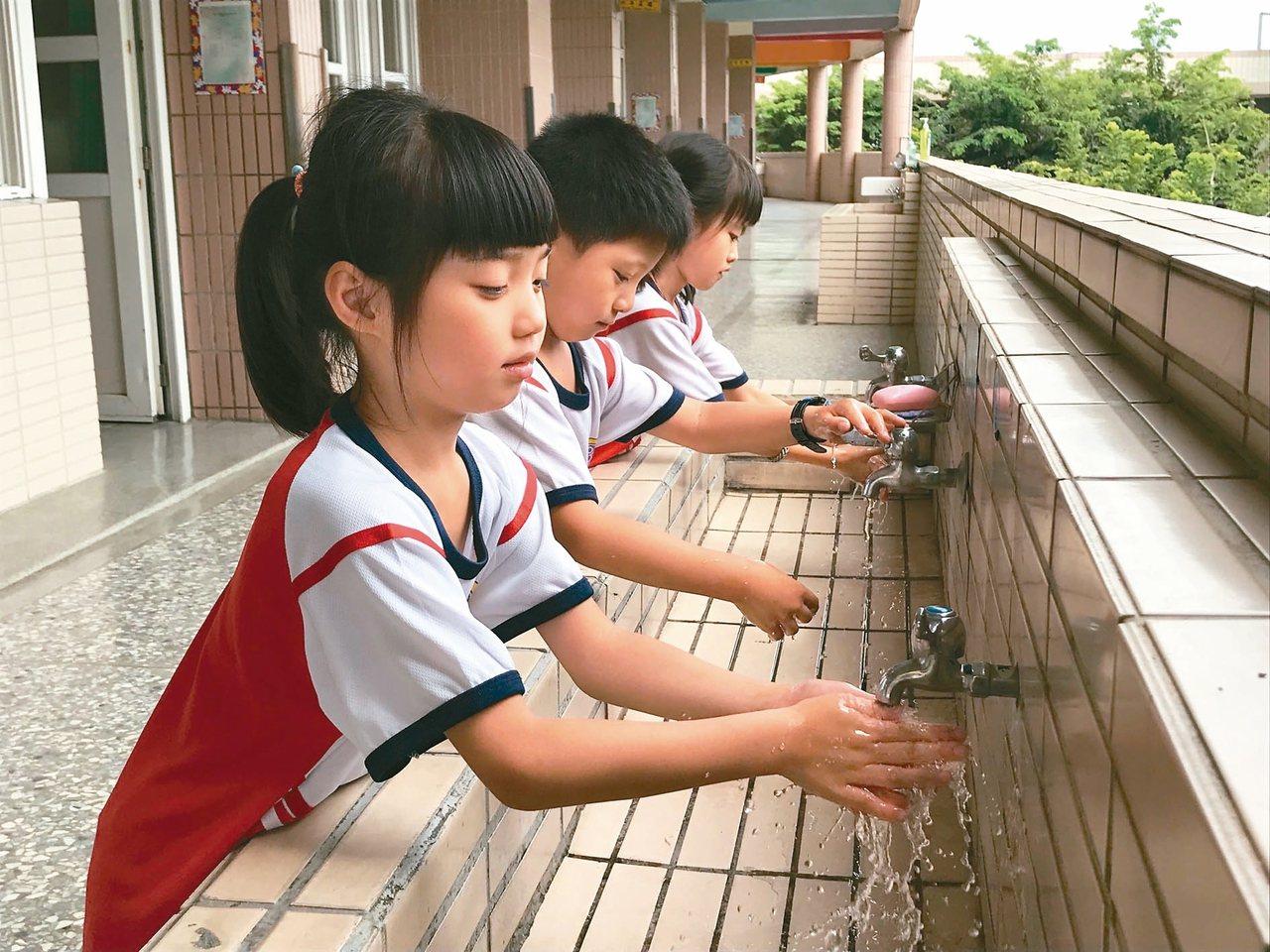 雲林縣上周新增兩名流感合併重症案例,斗六市鎮南國小加強宣導小朋友勤洗手、戴口罩做...