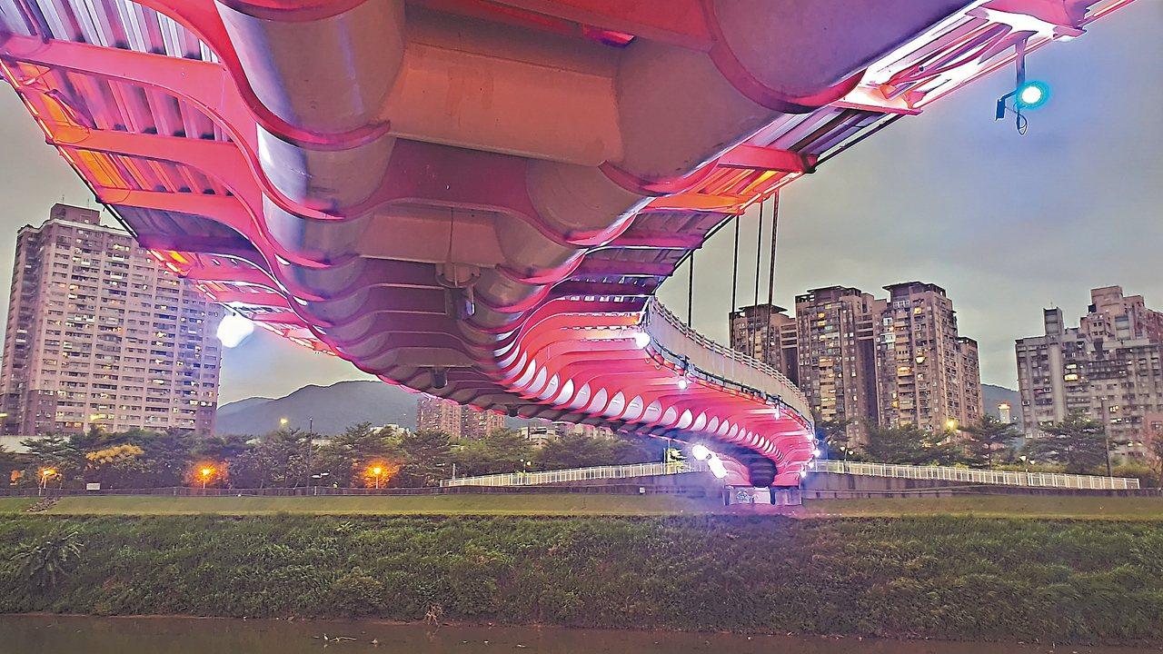 新北市高管處近日進行星光橋光雕更新,新的光雕完成後,透過龍骨投射宛如一條巨龍橫跨...