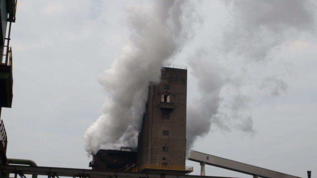 中鋼的汽電共生廠回收煉鋼製程中的廢熱發電,過去必須自己花錢,將蒸汽降溫到不會對空...