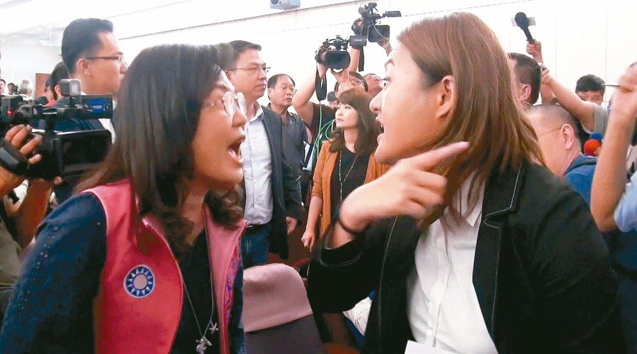 高雄市長韓國瑜在議會舉辦預算說明會,國民黨議員陳若翠(左)與民進黨議員高閔琳吵成...