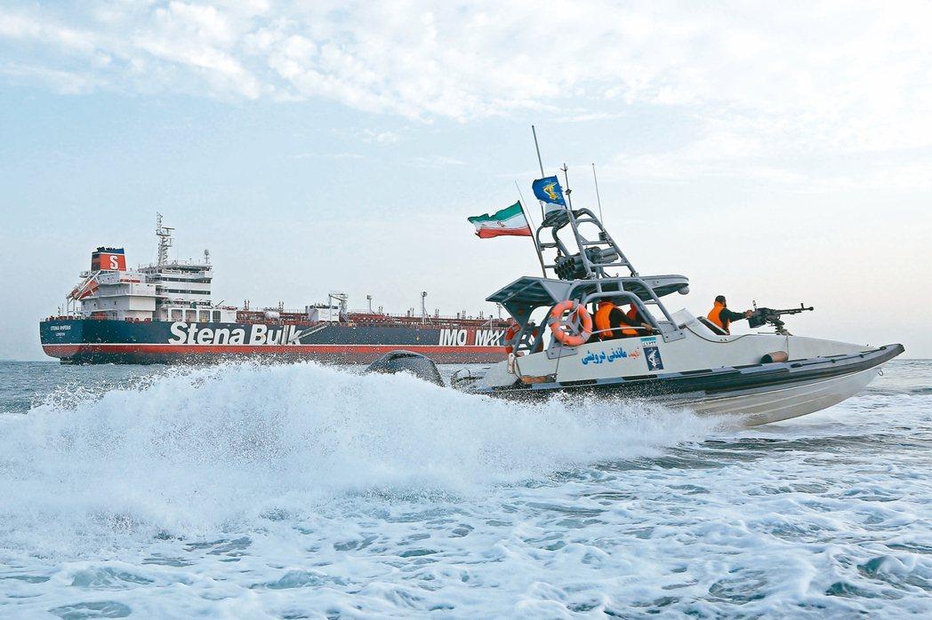 放你回家伊朗政府廿三日宣布釋放英國油輪史丹納帝國號。圖為伊朗革命衛隊的噴射快...
