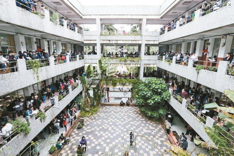 少子化海嘯持續衝擊高教,下學年將至少高達二一五個系所停招。 圖/聯合報系資料照片