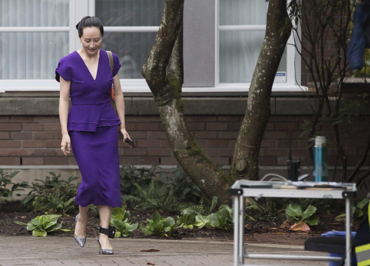 孟晚舟身穿紫色套裝,神情看起來頗為輕鬆,但引人注目的是在她左腳踝戴了電子腳鐐。美...