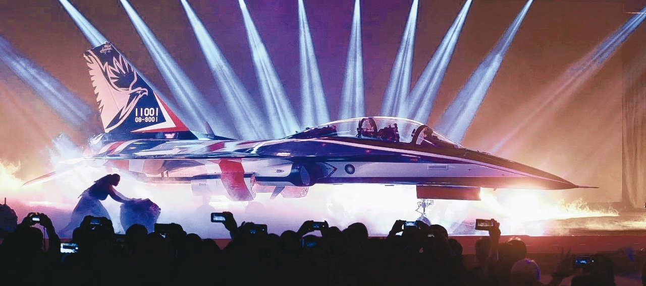 空軍新式高教機以「勇鷹」命名,並以紅白藍的飛機塗裝首度曝光。 記者黃義書/攝影