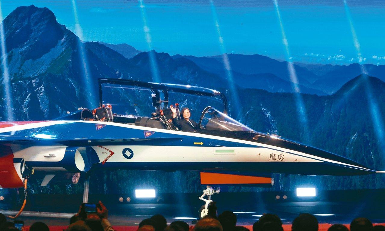 蔡英文總統上午前往漢翔公司沙鹿廠區主持「空軍新式高教機」出廠典禮,隨後登上新機視...