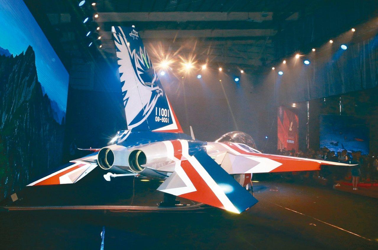 空軍新式高教機以紅白藍的飛機塗裝,首度曝光。 記者黃義書/攝影