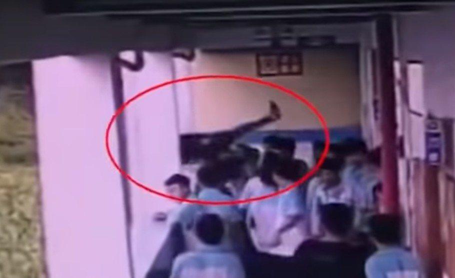 黑衣男生整個人被拋出樓外,當時旁邊有同學嘗試伸手組攔,但為時已晚。圖擷自Yout...