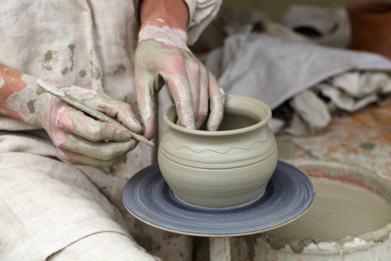 網友po出陶藝老師徵才資訊,內容要求要會製陶又要自己銷收,時薪卻只有150。圖取...