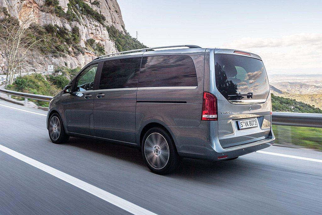 小改款賓士V-Class車系新增標配主動防撞輔助含行人移動偵測系統、選配新增自動...
