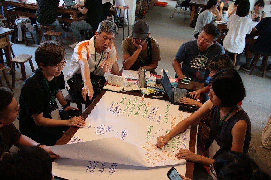 最後前來參與論壇成員橫跨世代,有近60人與會,討論熱烈。 圖/蘇澳KPI提供