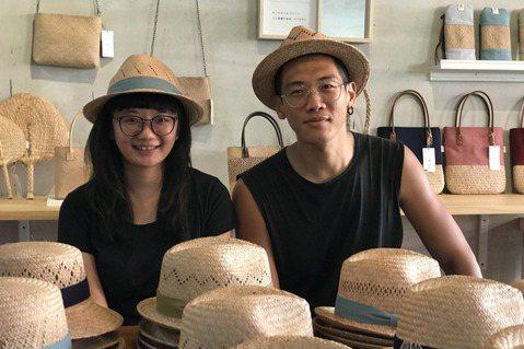 廖怡雅(左)與男友李易紳一起創辦了「藺子工作室」,希望讓藺編重回當地的日常生活。...