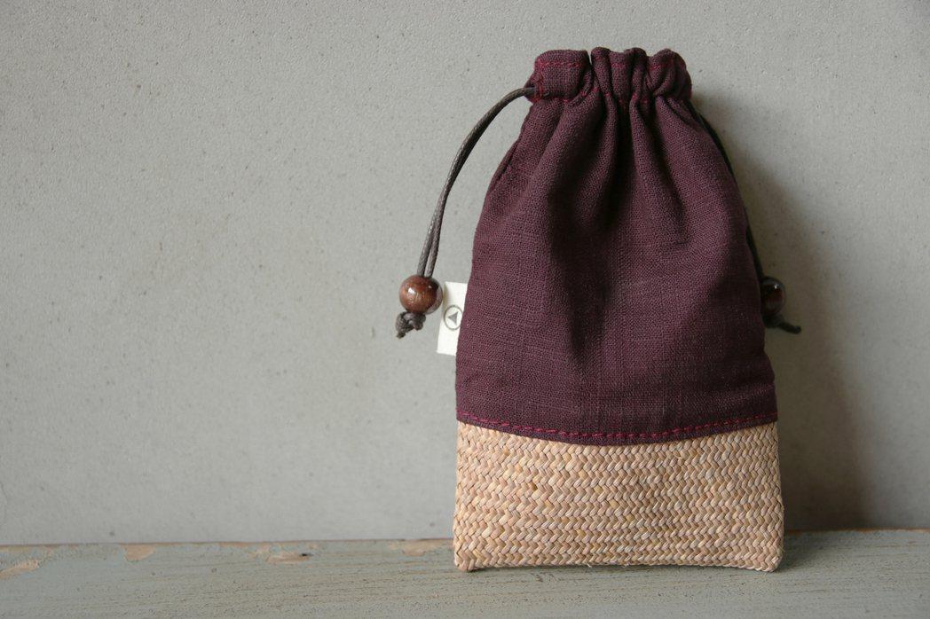 藺子工作室與「薰衣草森林」旗下的選物店「森林島嶼」合作,推出由藺子編織而成的束口...