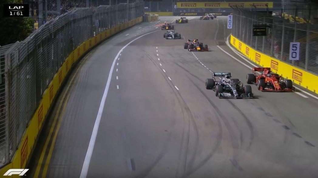 Vettel在開場時就與Hamilton展開攻防。 摘自F1