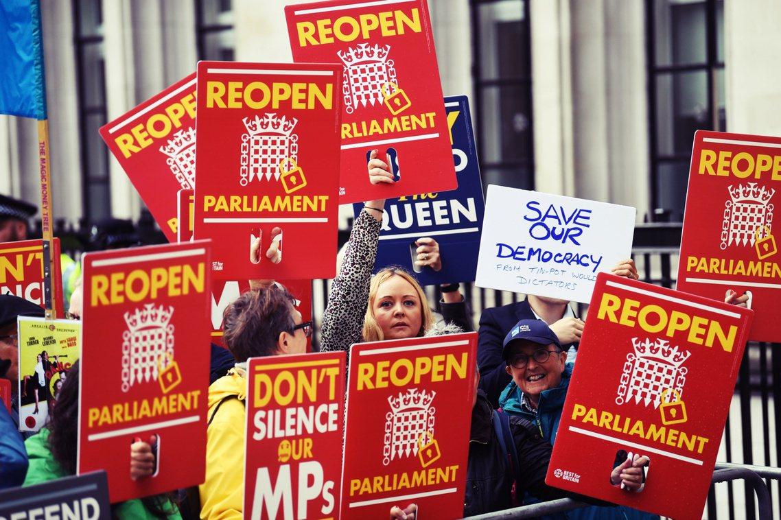 在女王接受首相建議,並下令國會於9月9日關閉後。英國的留歐派團體也即刻提起訴訟,...