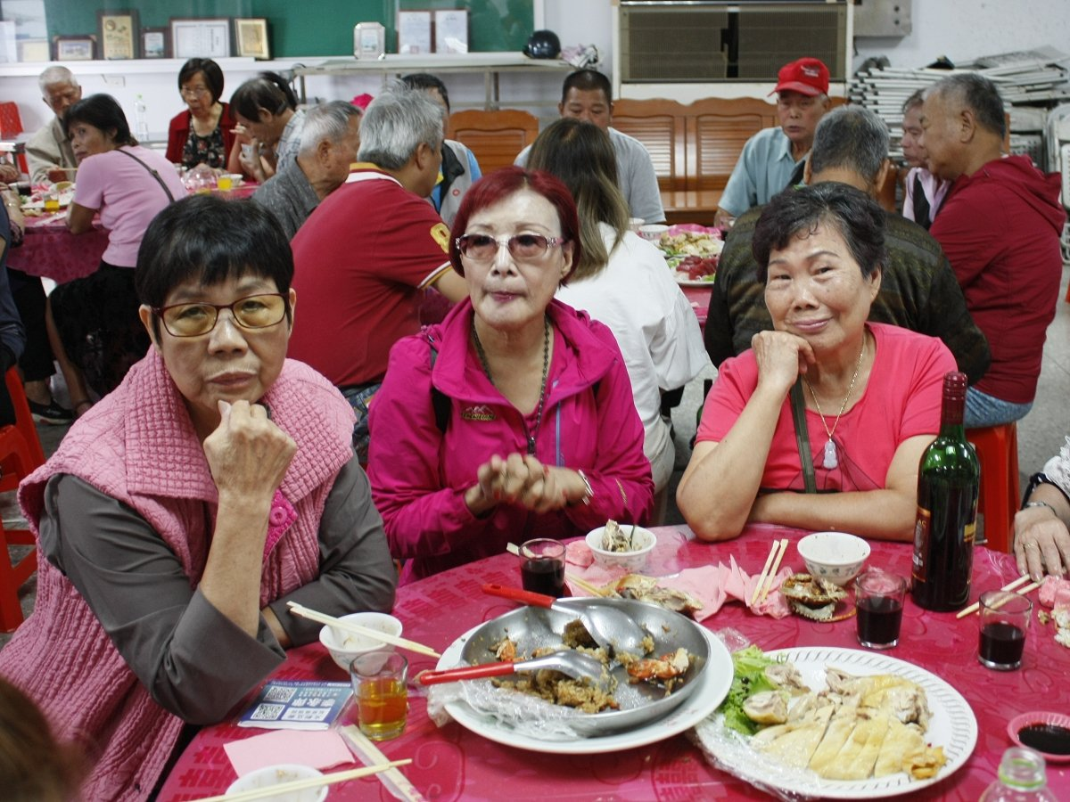松壽互助協會主辦的深澳里慶重陽活動,還有各式海鮮、生魚片享用,居民唱歌一同歡慶重...