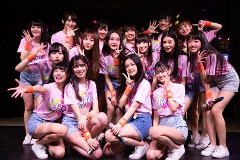 女團「AKB48 Team TP」歡慶成軍周年,22日結束連續4場的演唱會,隊長陳詩亞提到需換4套服裝,為了爭取時間,每個人一到後台就把自己扒光,過程很刺激,劉語晴接著說:「因為換衣服速度要很快,所...