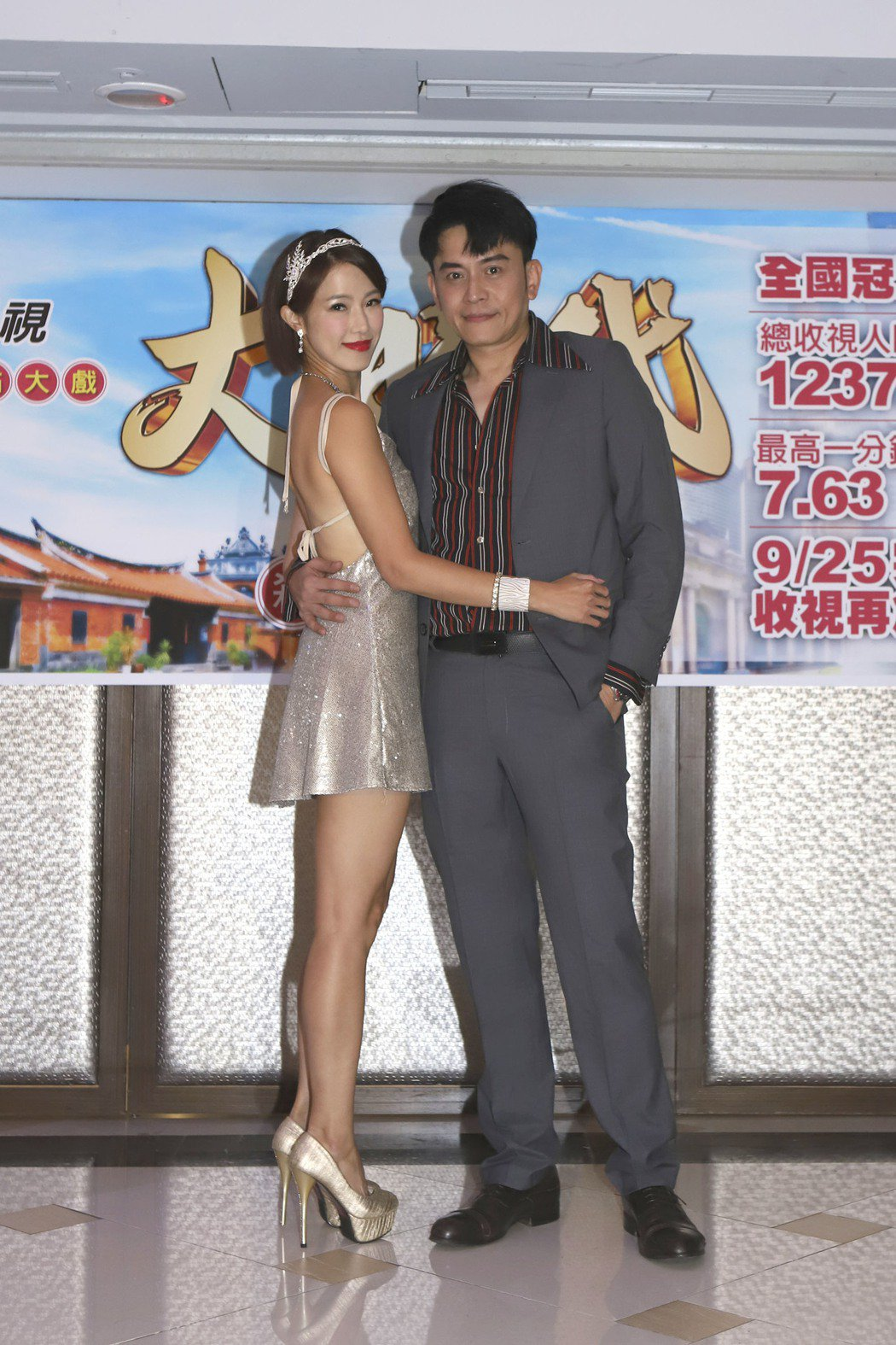 黃瑄(左)和劇中飾演「方世國」的林志豪出席「大時代」殺青宴。圖/民視提供