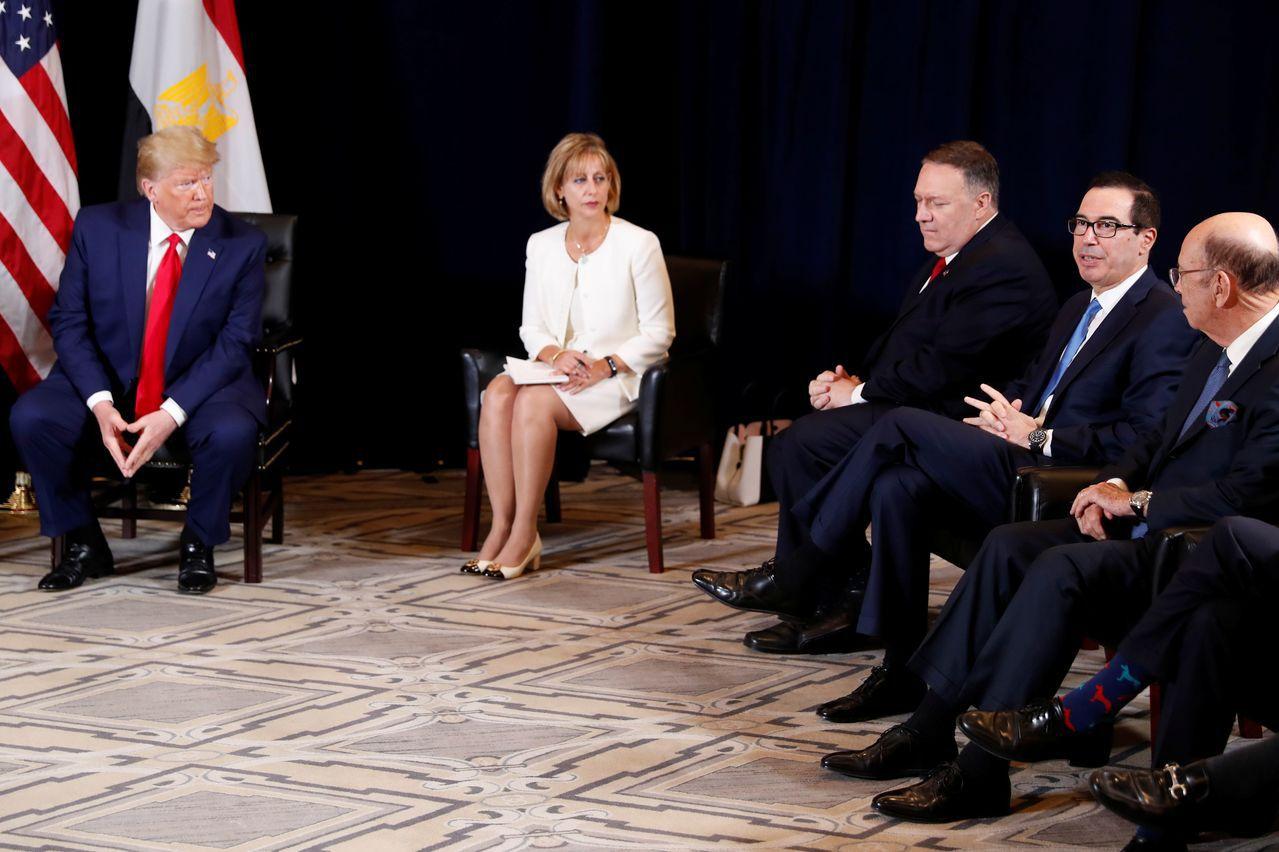 尷尬的一刻:川普(左)率閣員會見埃及總統塞西(照片中未見)時,反問財政部長米努勤...