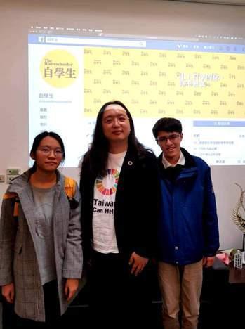 「自學生」成員王逸聖(右)、曾晞寧(左)今年初拜會當年同樣是自學生的政務委員唐鳳(中),請唐鳳協助爭取自學生權益。圖/王逸聖提供