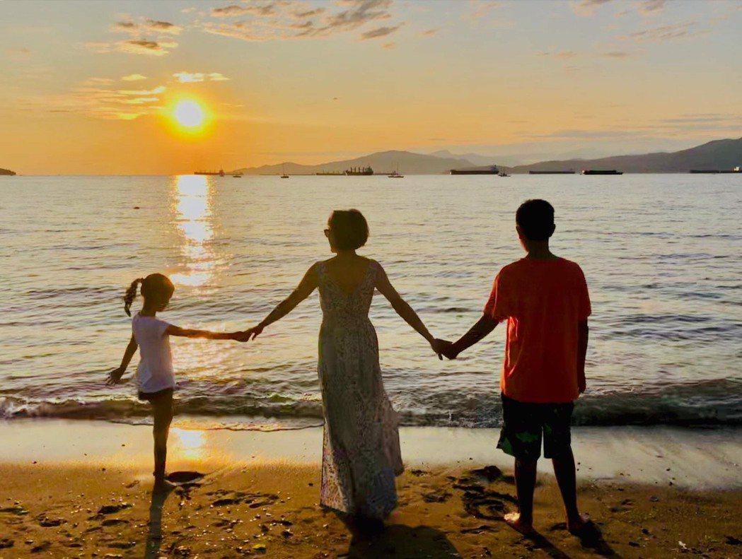趁著夏天結束前,徐曉晰(中)赴加拿大探視金小子(右),和女兒一家三口在海邊留下這...