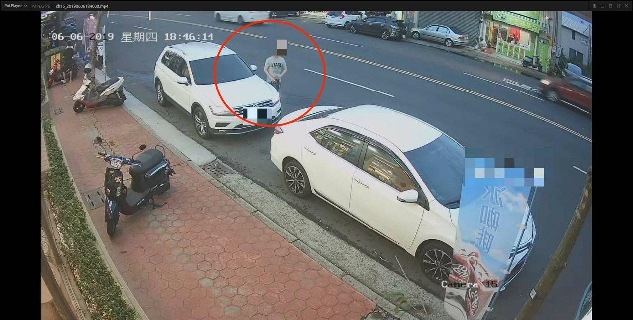 台中市徐姓男子在6月初趁鄭姓男子轎車沒熄火,打開車門行竊,還把行竊的側背包拿到派...