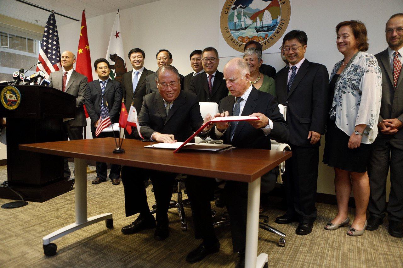 加州前州長布朗(前右)和中國氣候變化事務特別代表解振華(前左)23日宣布,柏克萊...