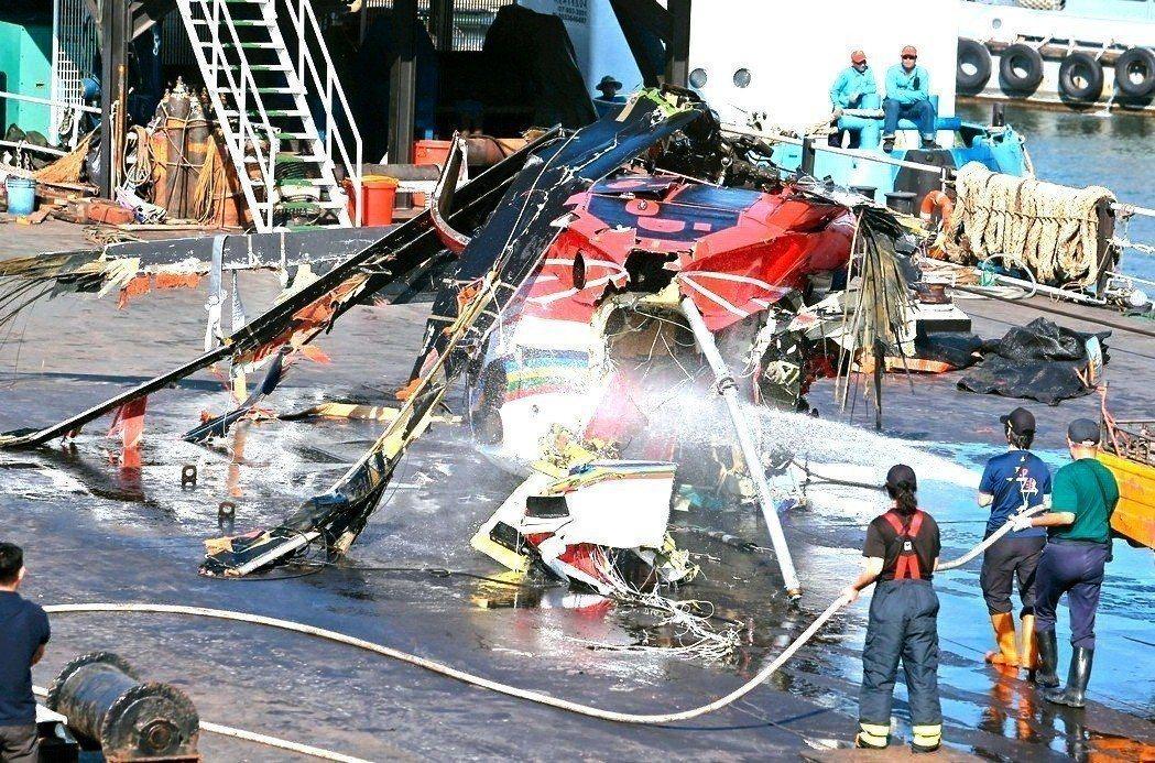 去年2月5日深夜,一架編號706的黑鷹直升機在執行病患後送任務時,不幸在蘭嶼外海...