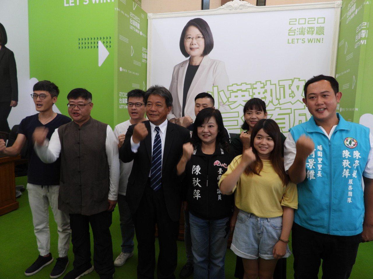 郭信良(前右四)上午宣布接任台南市小英後援會總會長。記者周宗禎/攝影