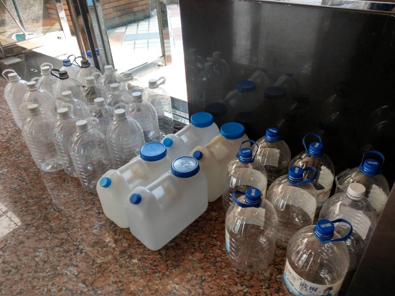 不少大樓都放滿空瓶,等著買水喝。記者謝梅芬/攝影