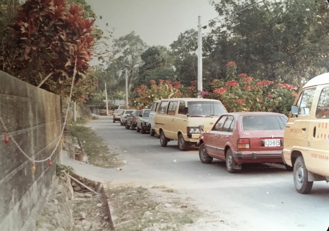 1980年1月初,國際特赦組織派人員到林仔內教會關心,左方小通道即是便衣情治人員...
