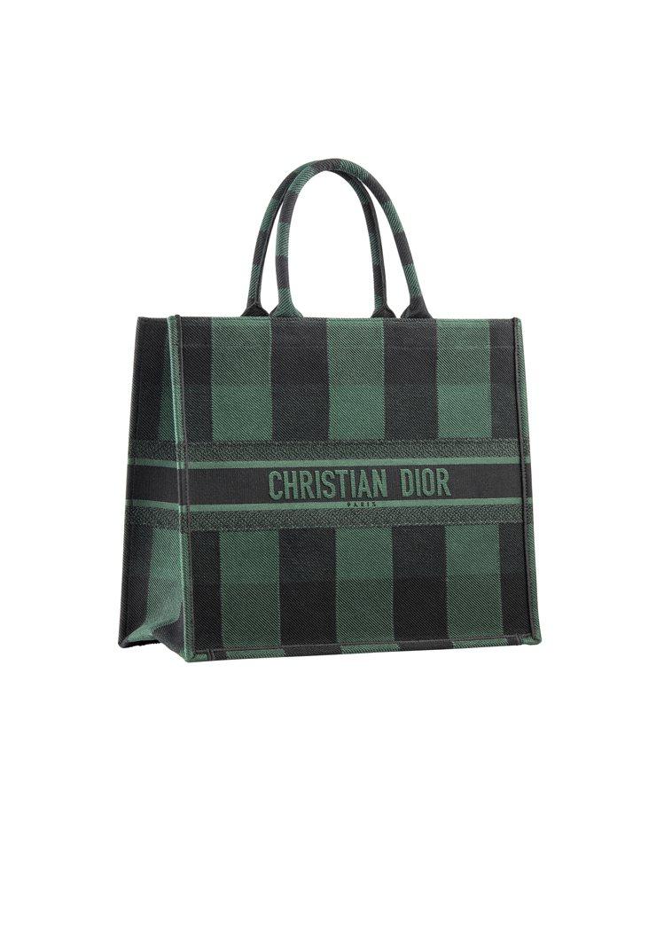 Book綠黑格紋刺繡帆布托特包,售價97,000元。圖/DIOR提供