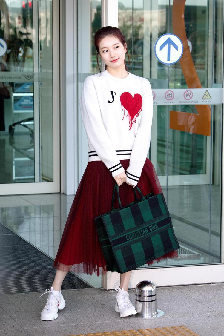 秀智穿DiorAmour毛衣,搭配Book 綠黑格紋刺繡帆布托特包、D-Conn...