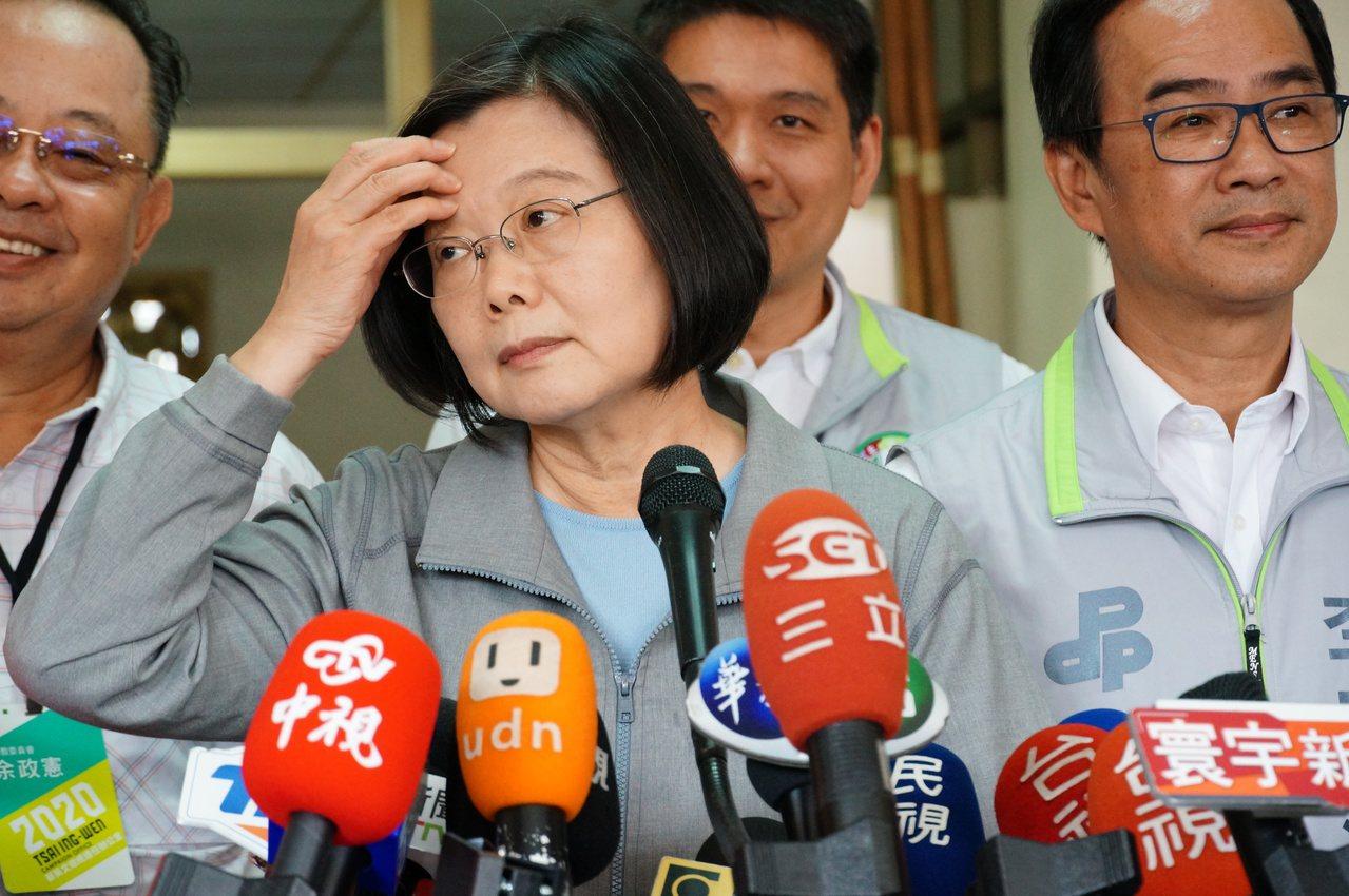 總統蔡英文(左二)接受媒體聯訪時不經意抓頭。記者林伯驊/攝影