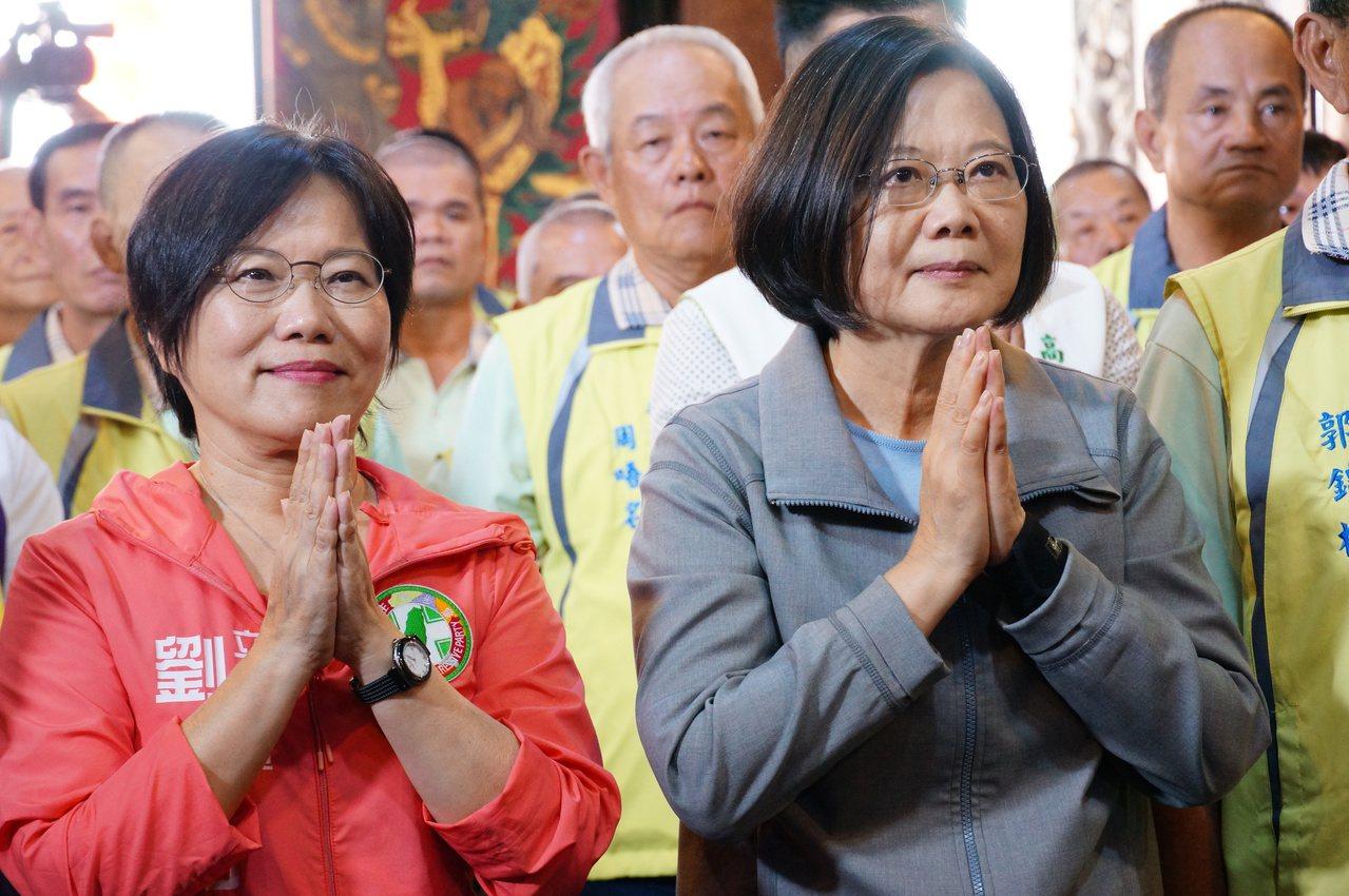 總統蔡英文(右一)今下午參拜高雄左營區元帝廟。記者林伯驊/攝影