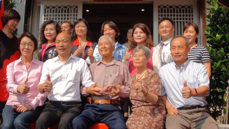 高雄市韓國瑜今天下午到左營區拜訪一名剛滿百歲的人瑞李成進(前排右三)。記者謝梅芬/攝影