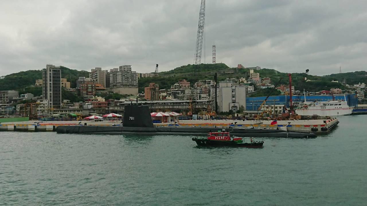 全球最老還在服役的茄比級「海獅」潛艦,早上10點左右駛入基隆港,目睹這艘阿公級潛...