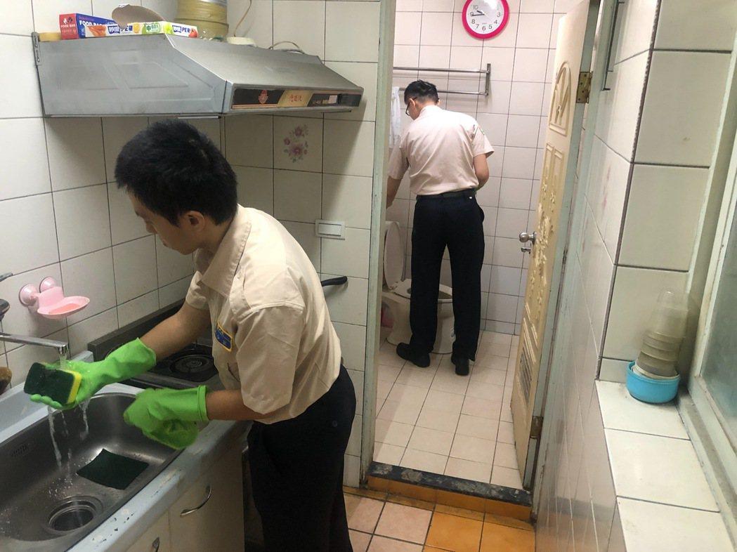 役男在榮民良珽的同意下,從客廳、廚房開始打掃,清除了不少囤積已久的廢棄物品。圖/...