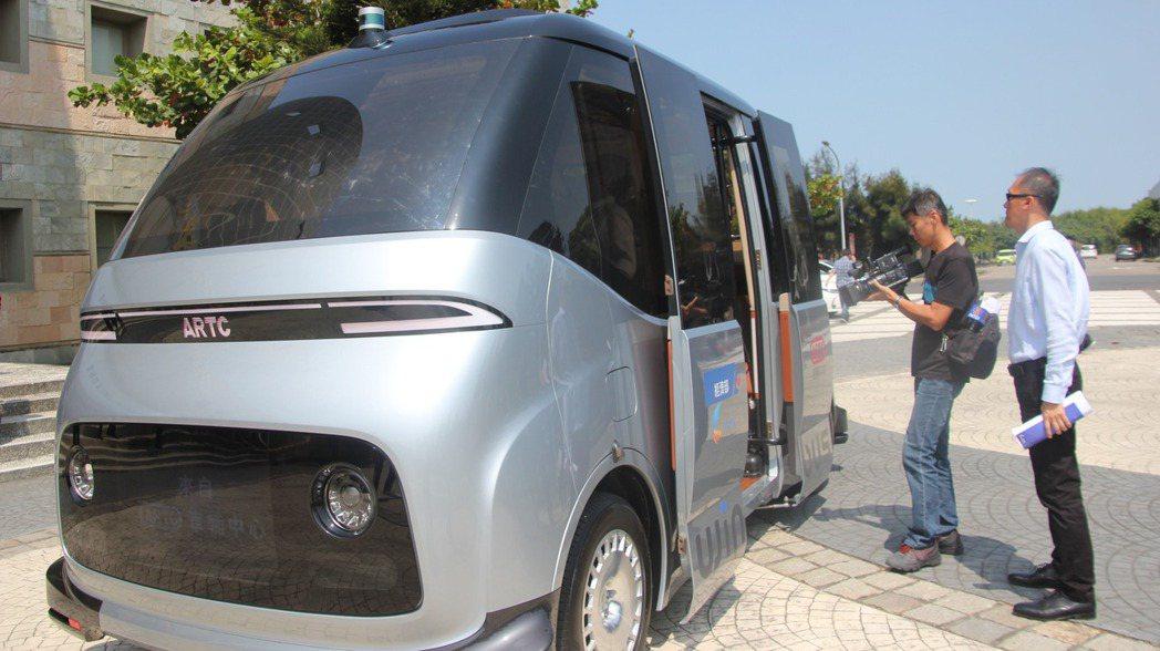 國內首台自研自製的MIT自駕電動小型巴士「WinBus」今天在彰化縣鹿港鎮彰濱工...