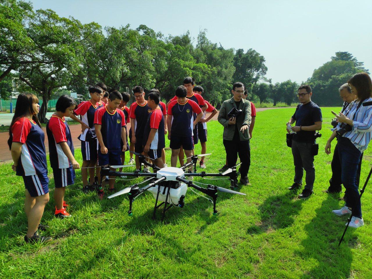 北港農工首開無人機課程,請來業師教學生操作無人機噴農藥和施肥,學生很感興趣。記者...