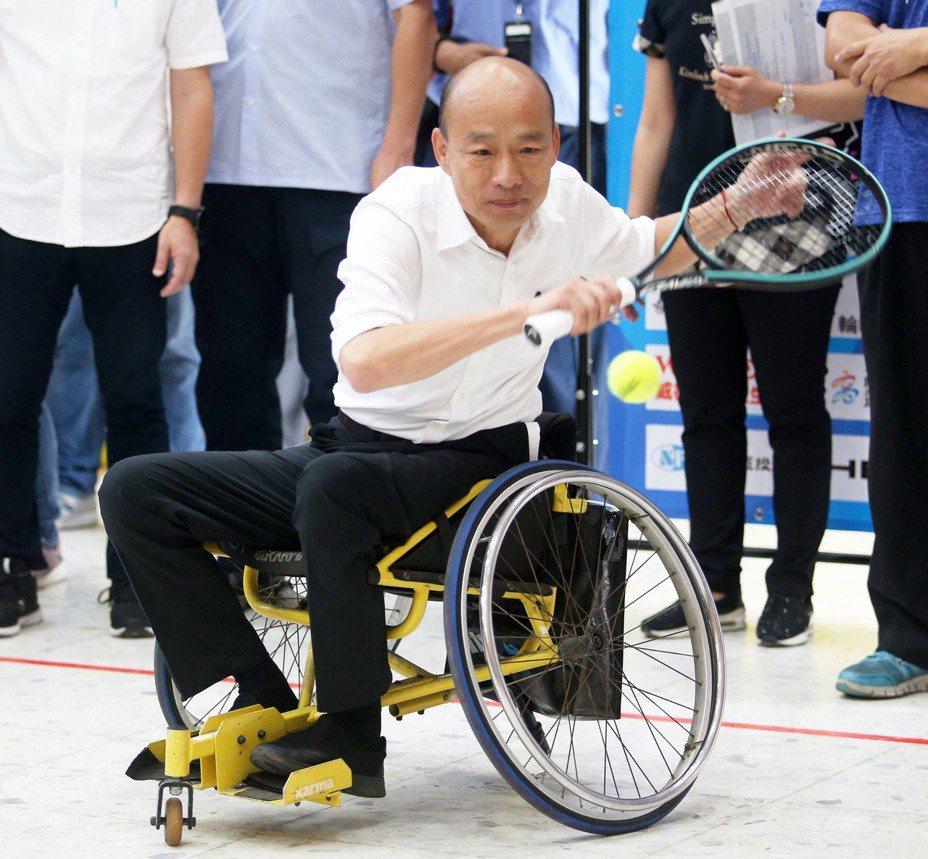 永達盃高雄國際輪椅網球公開賽將開打,市長韓國瑜出席賽前記者會首度體驗坐輪椅打網球後,表示會將高雄打造成有愛無礙的友善城市。記者劉學聖/攝影