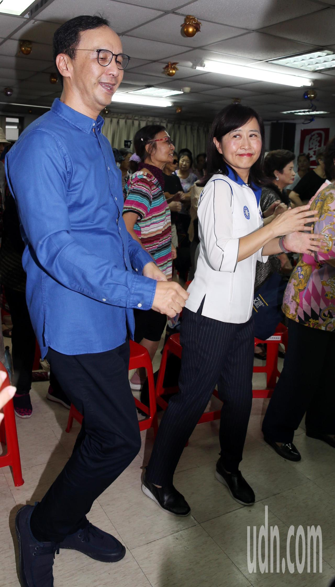 朱立倫(左)與林奕華,隨著帶動唱老師的口令,手舞足蹈。記者侯永全/攝影