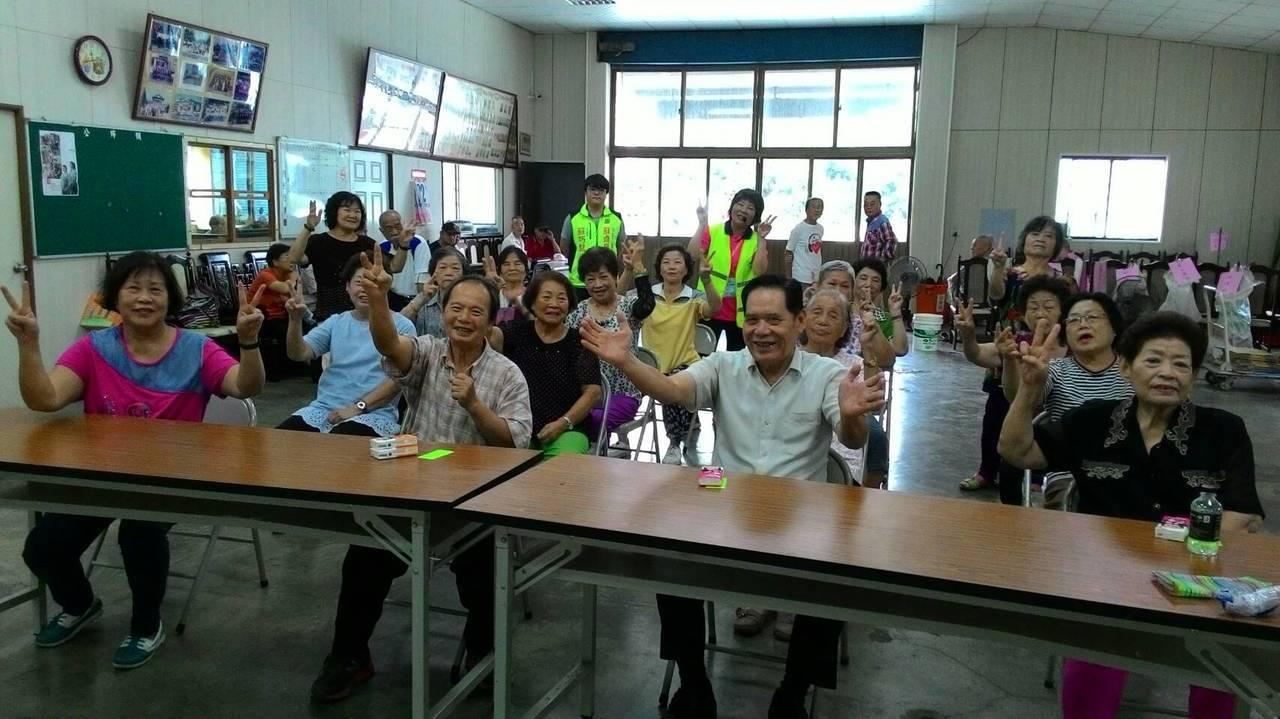 社會局2年來共培訓107名「路老師」在社區或團體中宣導,提醒長輩在過馬路時要注意...