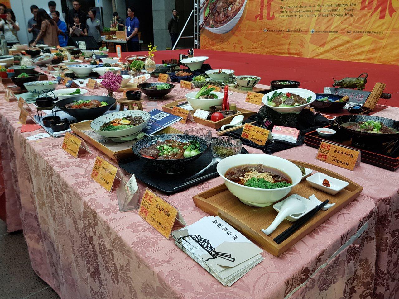 台北牛肉麵饗味國際大評比結果今天出爐,各店家也在市府擺出數十道參賽牛肉麵,令人垂...
