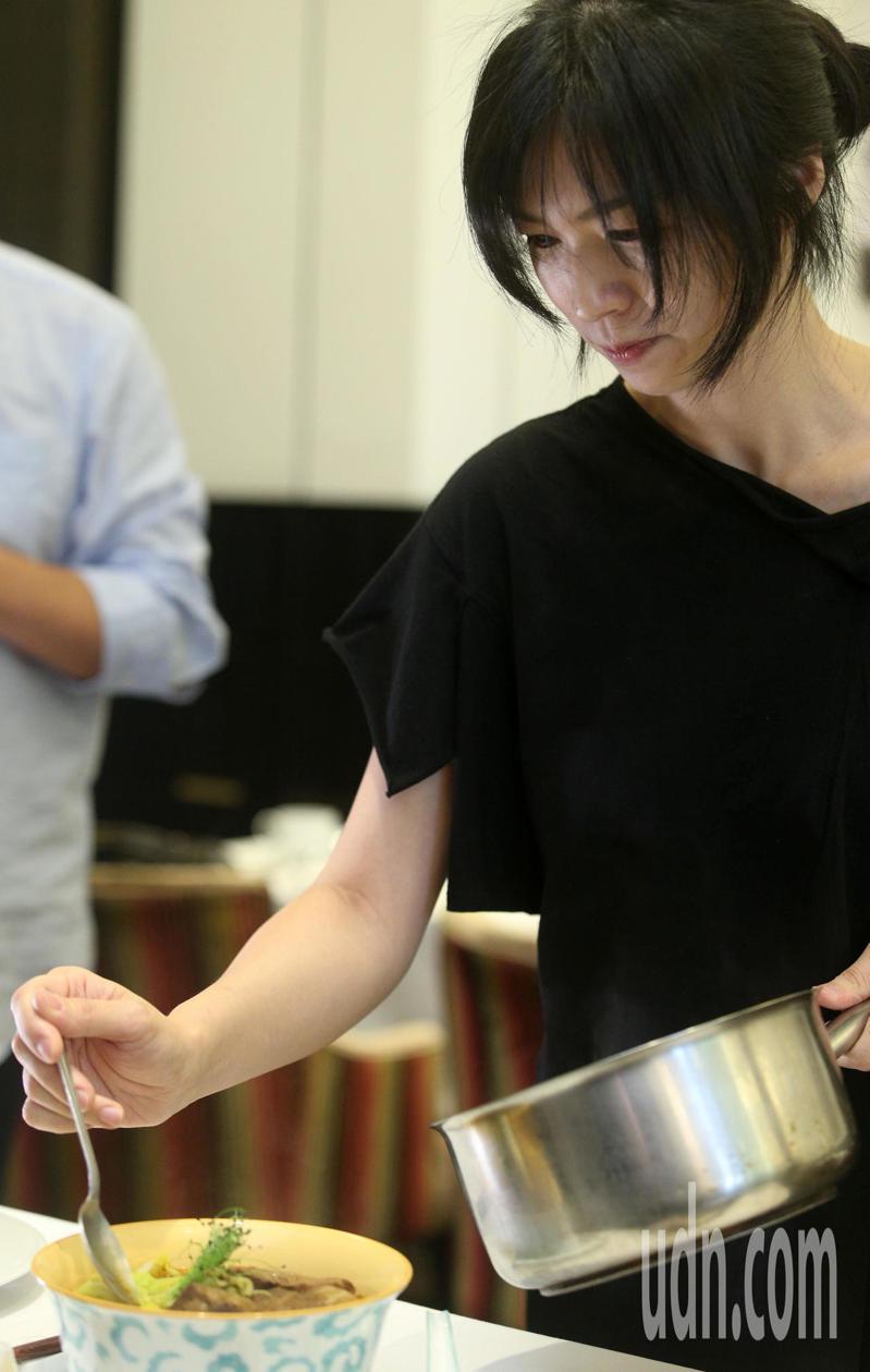 「亞洲女廚神」陳嵐舒運用得獎好醬油做菜、烹製紅燒牛肉麵湯底,將這好滋味介紹給更多老饕。記者劉學聖/攝影