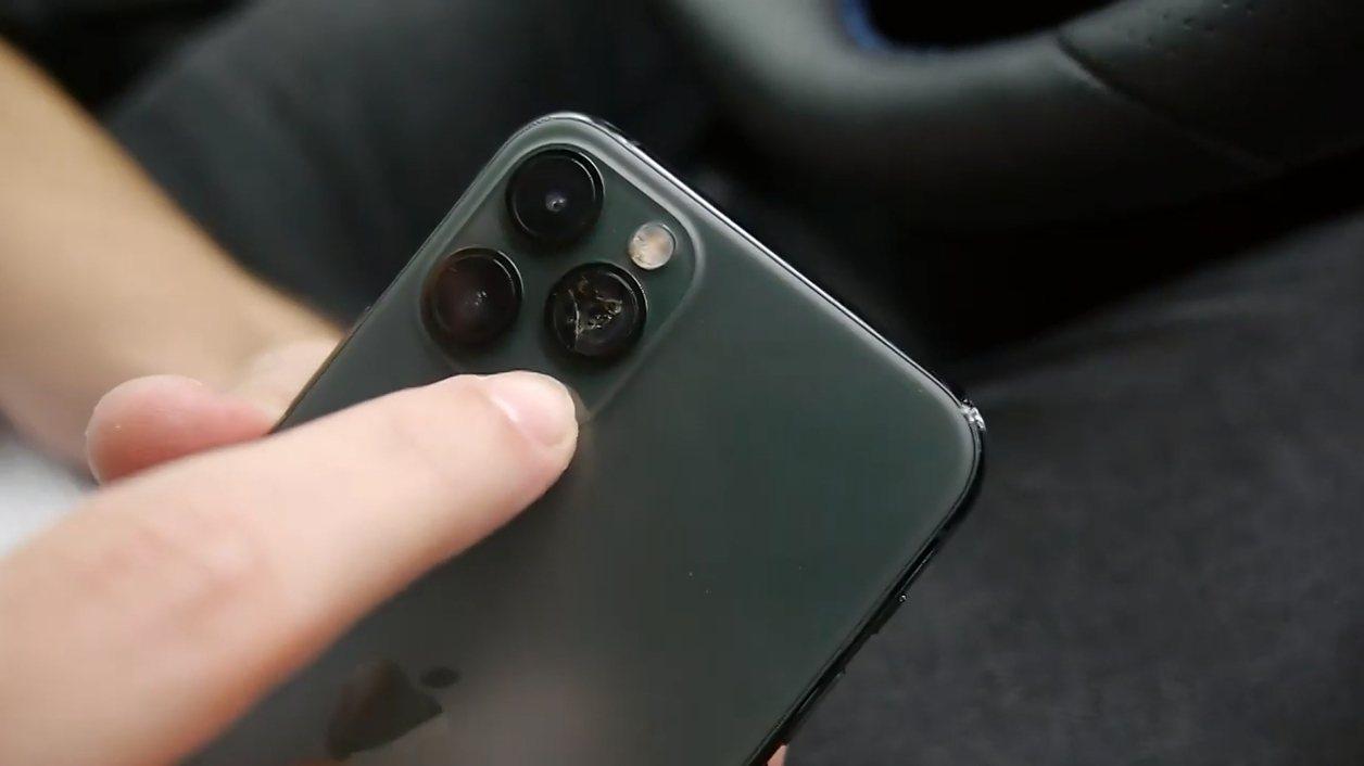 在另一項測試中,TechRax實地開車到得來速,故意在給店員感應付款時掉下手機,...