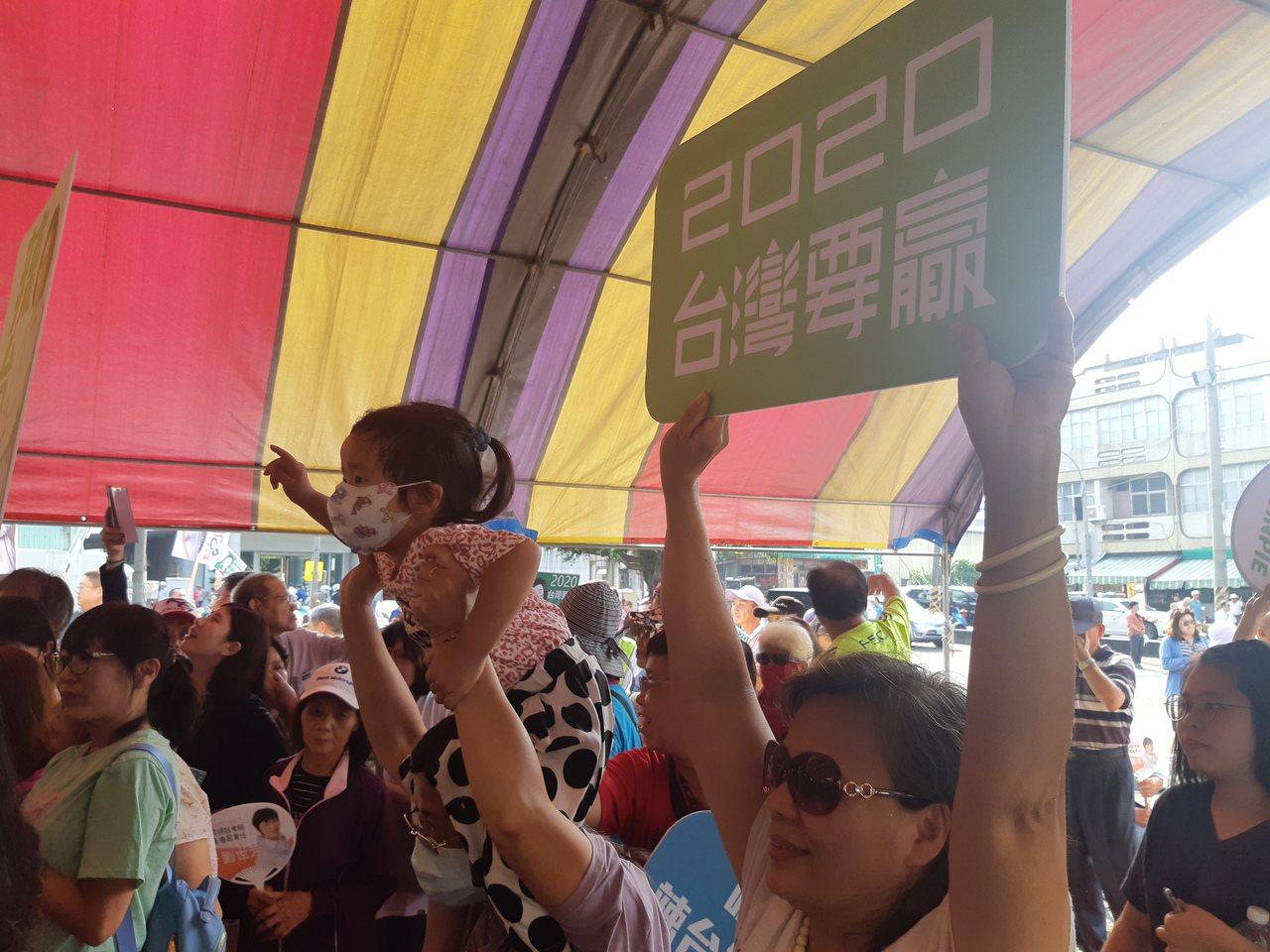 總統蔡英文今到楠梓鳳屏宮參拜,聚集大批支持者。記者賴郁薇/攝影