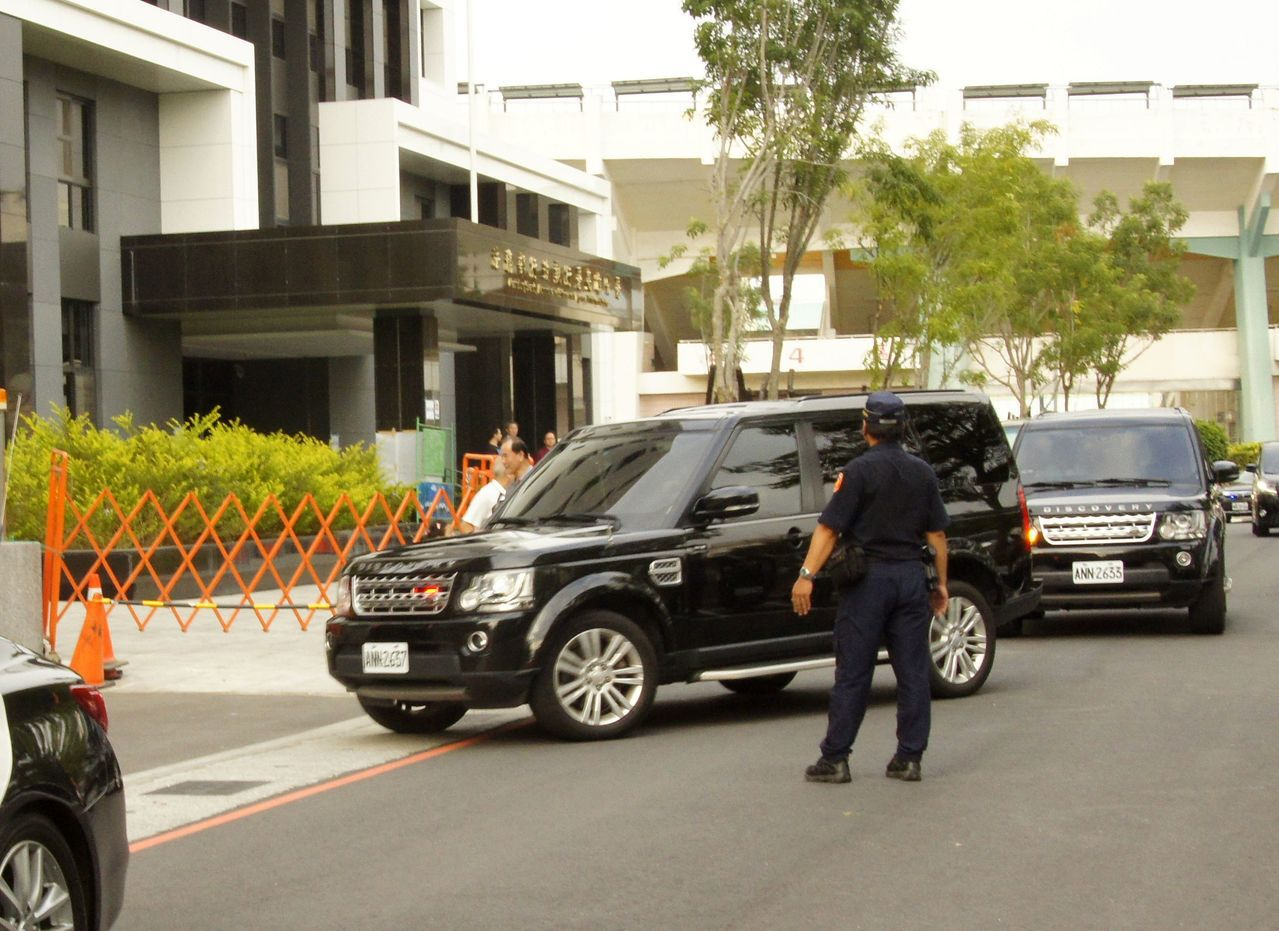 蔡英文總統的車隊進入今年7月剛落成的行政院南服中心,但總統只稍事休息,停留約半小...