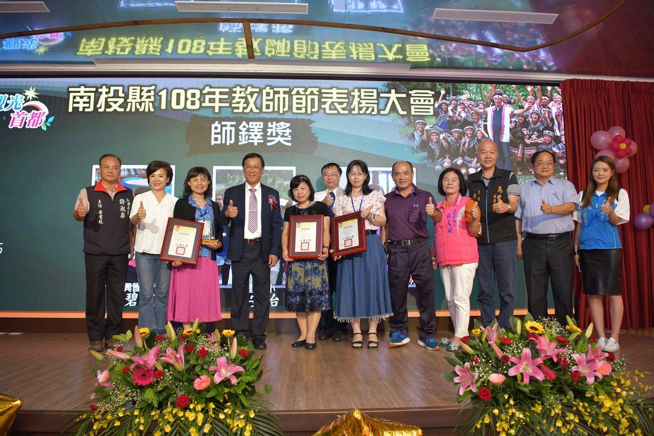 南投縣長林明溱(左4)在教師節表揚大會為韓國瑜拉票,讓外界認為行政不中立。圖/南...