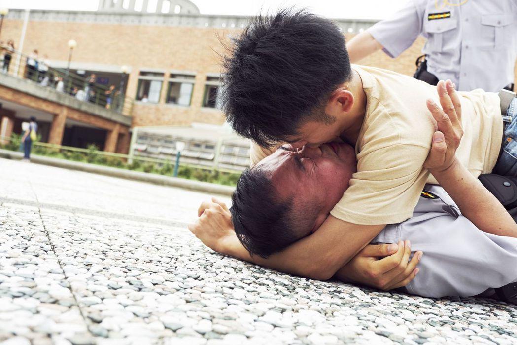 李淳在「陪你很久很久」誤吃春藥發情,主動強吻男警。圖/威視提供